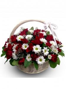 Корзинка с розами и ромашками — Kievflower - Доставка цветов