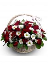 Корзинка с розами и ромашками