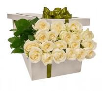 Белые розы в подарочной коробке