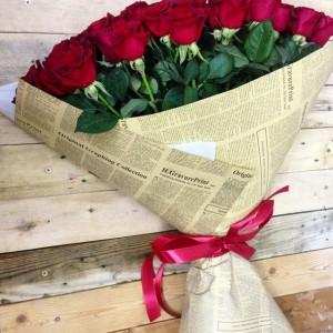 Розы в газетной бумаге — Kievflower - Доставка цветов