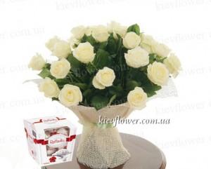 25 білих троянд + Рафаелло в подарунок — Троянди купити з доставкою в KievFlower. Артикул: 55586