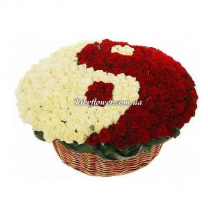 """Композиция из 351 розы  """"Инь и ян"""" — Корзины цветов заказать с доставкой в KievFlower.  Артикул: 87759"""