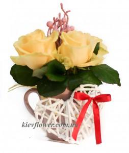 Композиция в чашке из кремовых роз — Kievflower - Доставка цветов