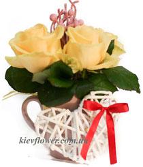 Композиция в чашке из кремовых роз
