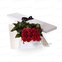 11 роз в подарочной коробке