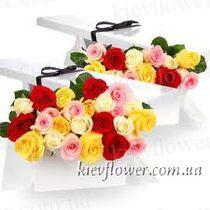 25 разноцветных роз в подарочной коробке