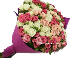 букет из кустовой розы в нежгых тонах